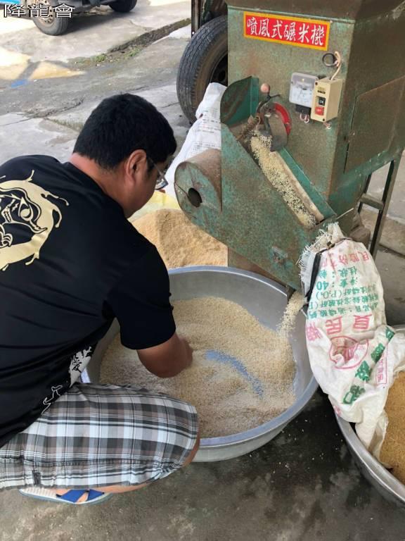11/10米要打到像市面上賣的白米,最少要打三次;這是第二次,還有點黃黃的。
